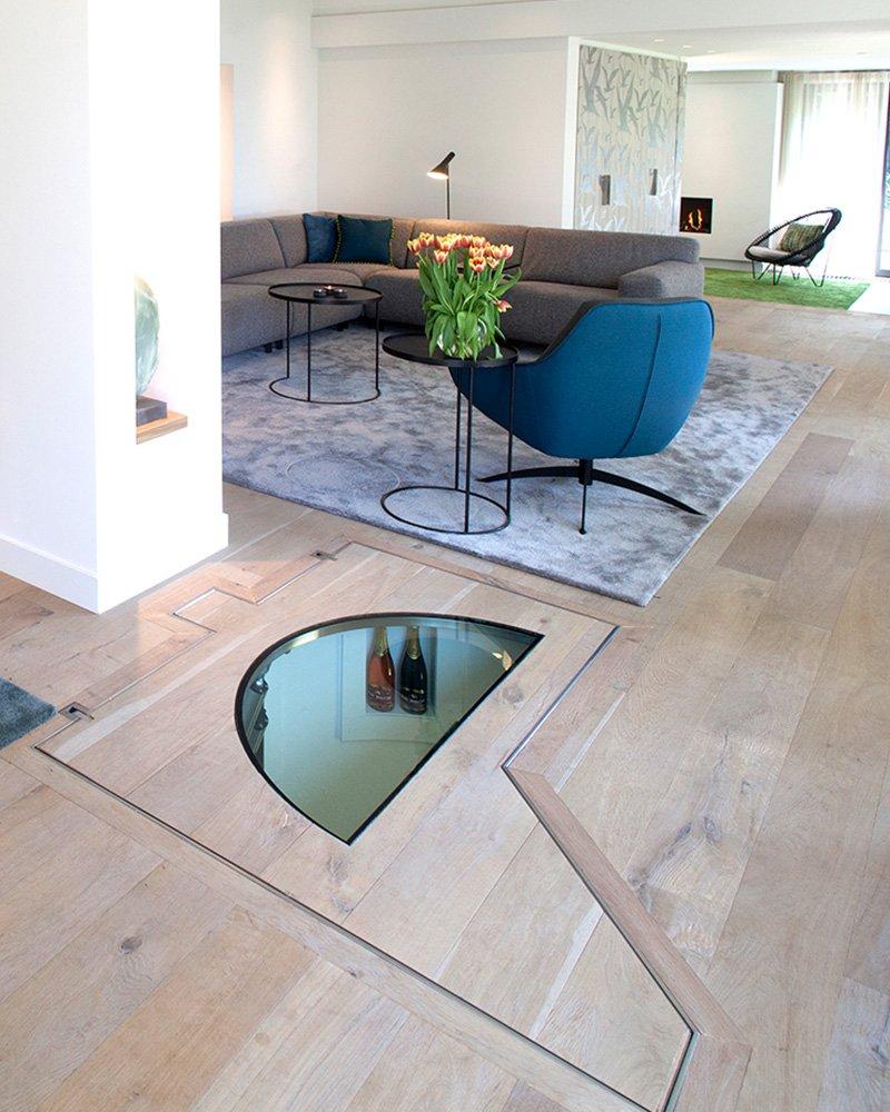 een beloopbaar houten vloerluik